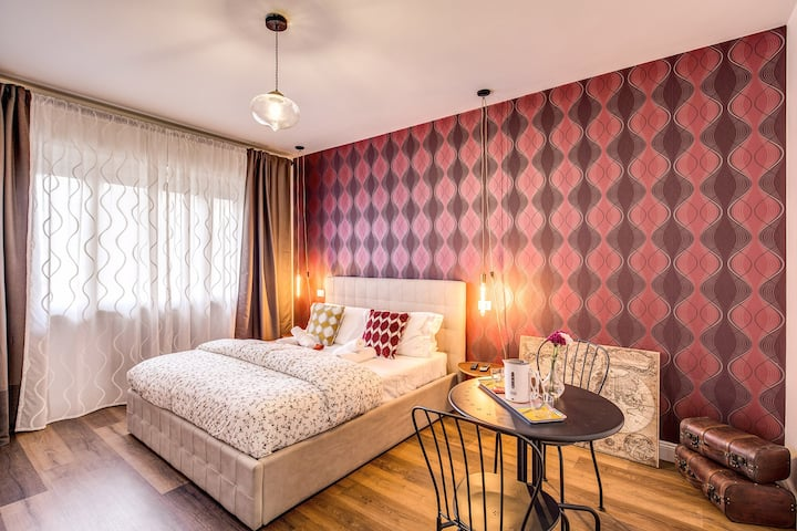 AwesHome Vintage Rooms - The Magenta