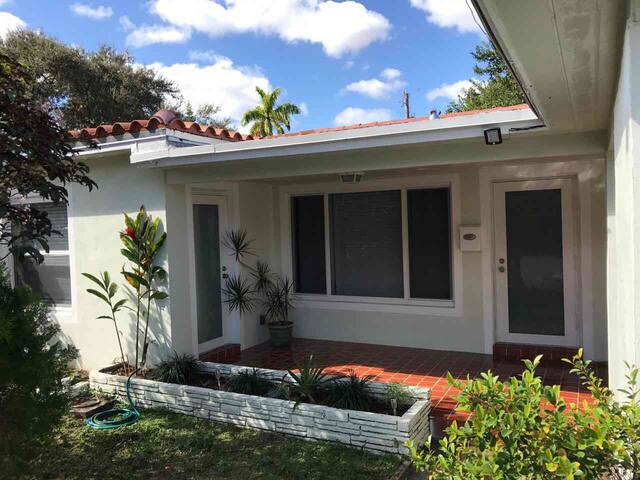 Private Entrance king room close to Las Olas Beach - Fort Lauderdale - Talo