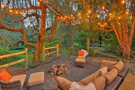 Camelback/Pocono Luxe Escape w/Fire Pit & Hot Tub!