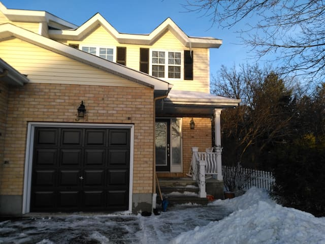 Executive town home, very private, in Stittsville - Ottawa - House
