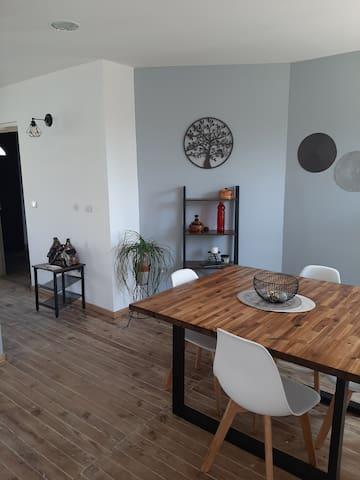 Chambre privative dans maison avec terrasse.