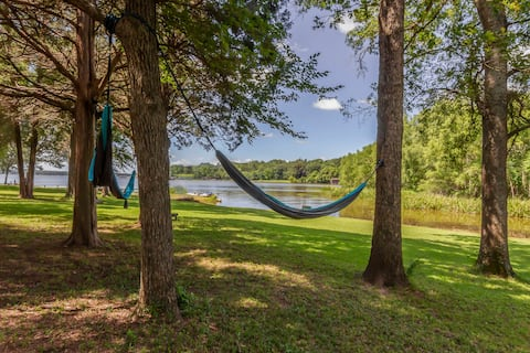 *PEACEFUL&PRIVATE* LAKE FRONT-big lot + SUP/Kayaks