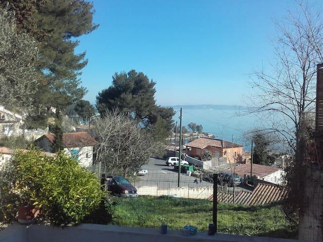 Petite maison vue plage au centre de tout - Istres - Hus