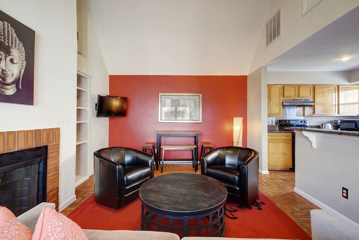 ♥ of Downtown w/free parking! Sleep 6 in 4 beds! ♥