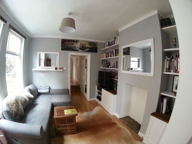 Spacious one bed by Picadilly line - London - Apartment