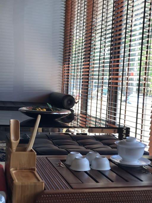 休息区有高端定制的功夫茶具供客人使用。