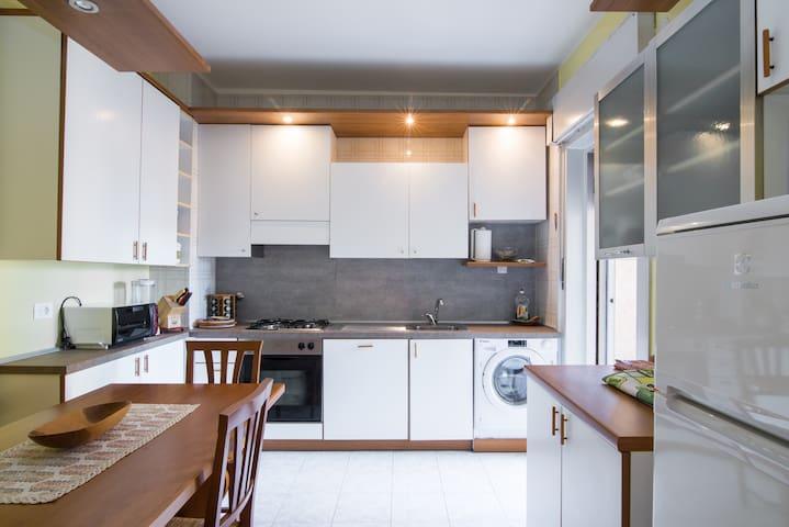 Grande cucina abitabile con forno, fuochi gas, grande frigo, lavatrice e lavastoviglie. Balcone