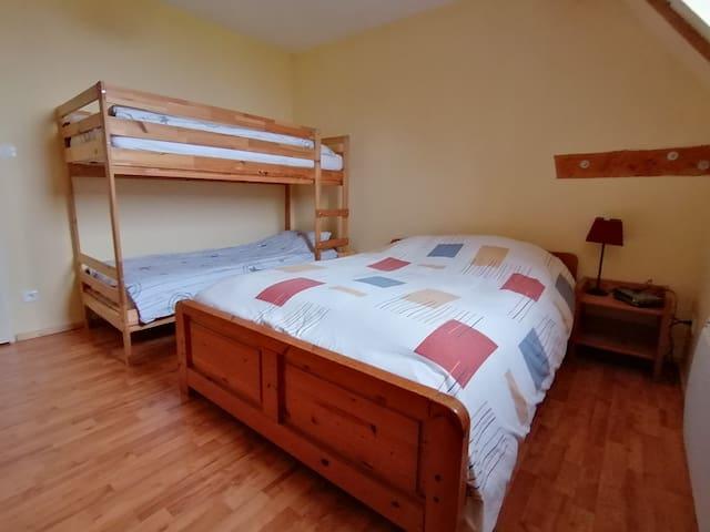 Slaapkamer 3, bed 2m00 x 1m40 + stapelbed