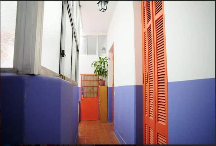 Habitación reciclada, en PH típico de San Telmo