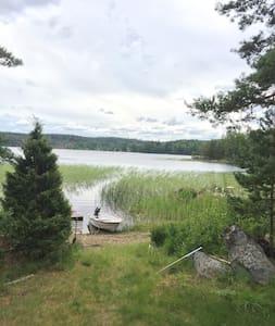 Hytte ved søbred i Småland