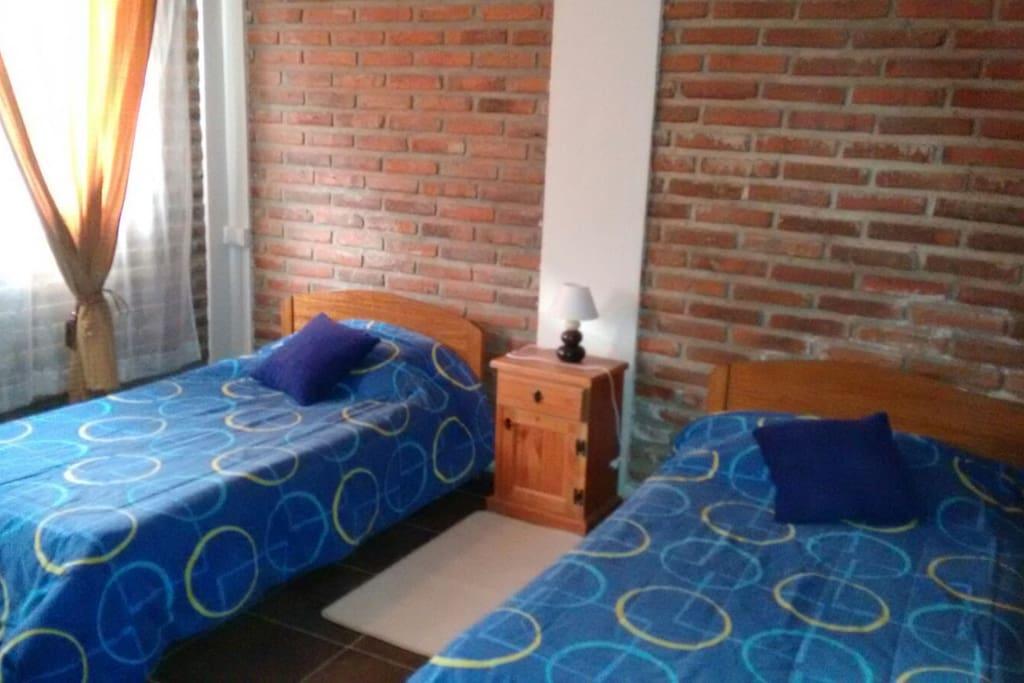 pieza con 2 camas individuales