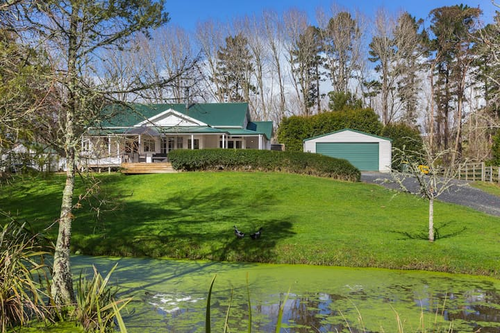 Tranquil Matakana Estate with pool, pond and peace