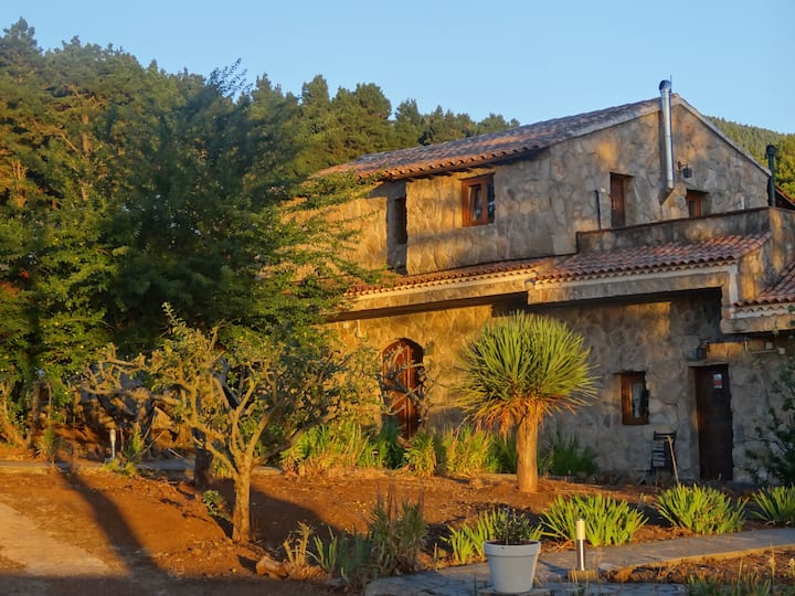 Casa Rural La Gustoza: CASA GRANDE montaña verde.