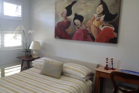 Light and delightful room en-suite.So comfortable - Aamiaismajoitus