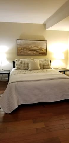 Spacious Private Bedroom & Bath 1.3 close to Yale