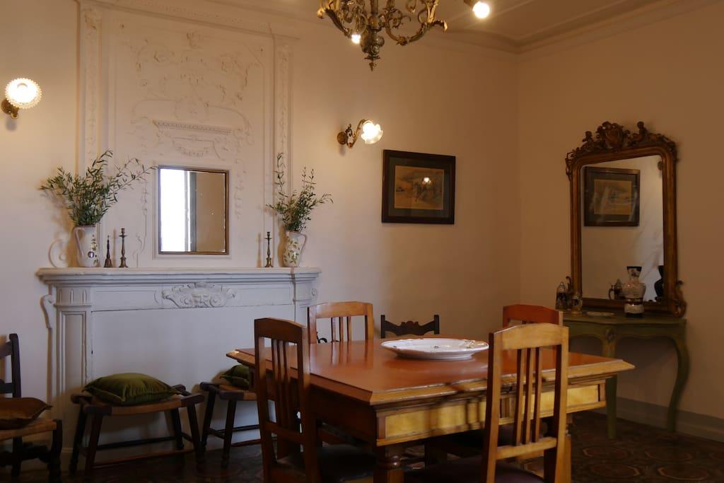 La sala da pranzo con camino