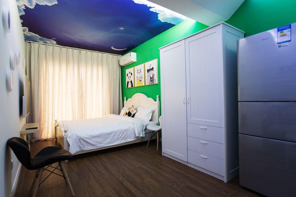 房间配置2张大床可提供最多4人入住且不增加费用房间风格艺术气息浓厚很多细节都能看出房东的心思一定会给入住的您带来惊喜