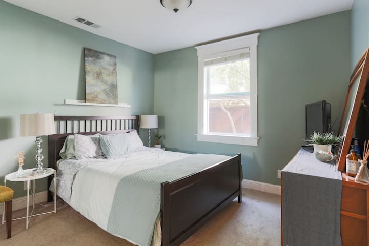Queen bed, private entrance