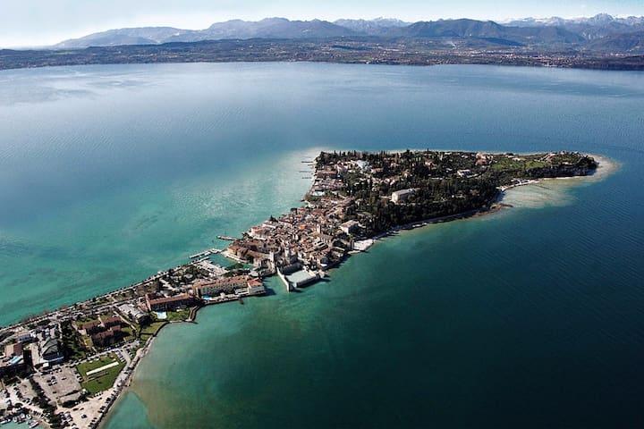Casetta in riva al lago immersa nei vigneti!