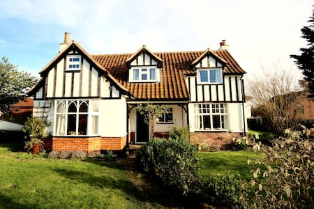 Characterful Artist's house. 5 beds near Southwold - Reydon