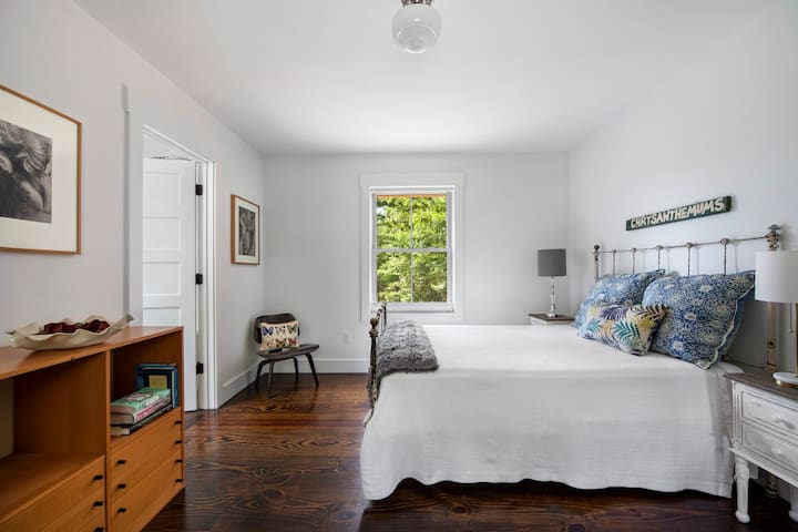 White Bedroom with en suite bath