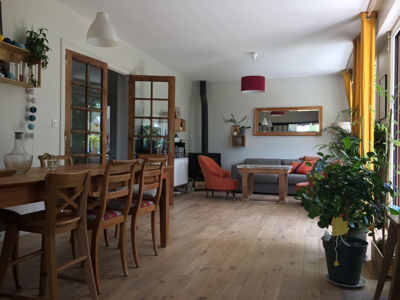 Le séjour avec baie vitrée donnant sur le jardin et la terrasse
