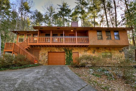 Vogel Springs Mountain Retreat is a beautiful 3bed 2bath cabin w/wifi, cable, fire pit, and hammock.