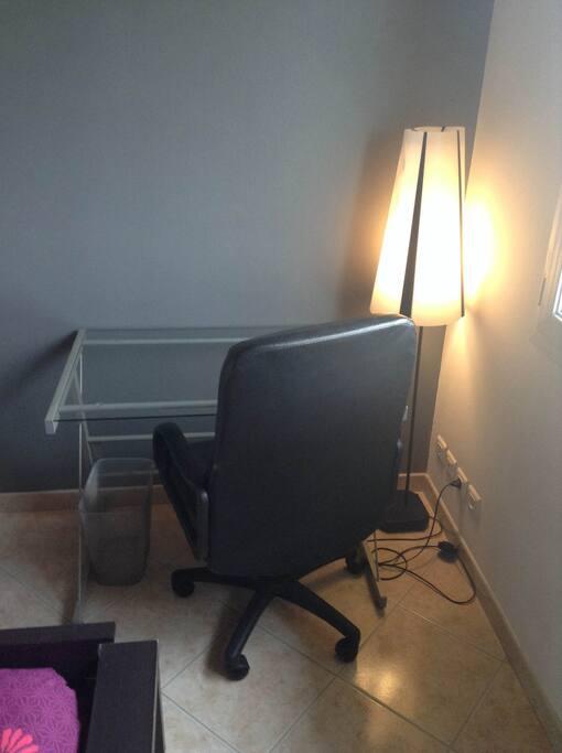 Bureau et chaise confortable avec lampe. 2 Prises pour appareils électroniques, prise TV et téléphone.