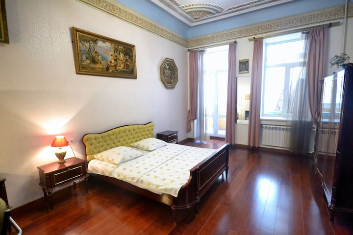KYIV CENTER, 2 BEDROOMS+LIVING ROOM, KRESCHATIK