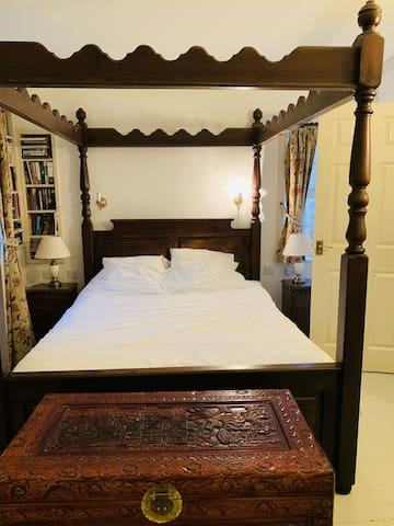 Four poster bed, private bathroom & sitting room