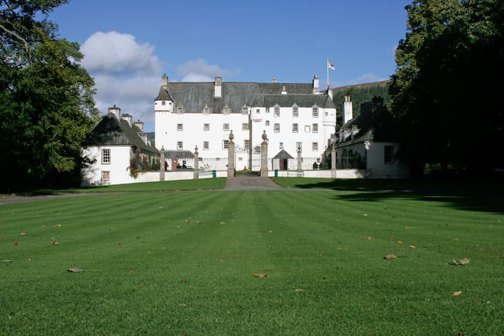 Stay a night in a Castle - Traquair - Schloss
