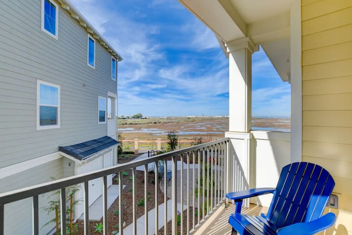 Luxurious home w/ bay & wetland views, private balcony - close to beaches!