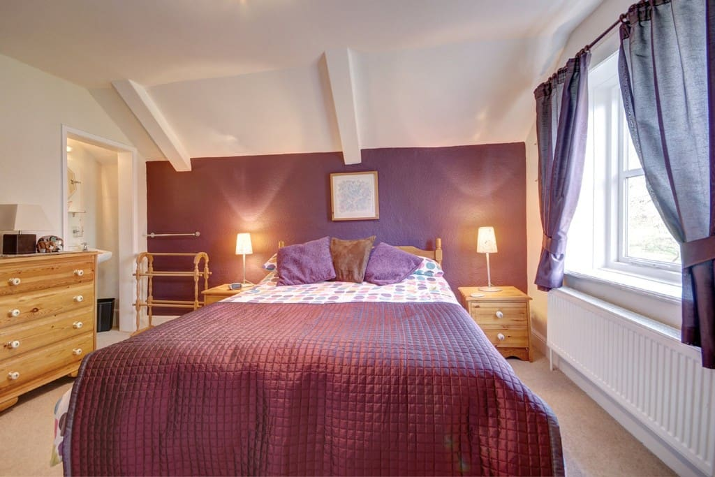 Cosy centrally heated room, double bed with  memory foam mattress, washbasin & shaving point, drawers & wardrobes. Wide screen TV (digital channels only), & good WiFi (73Mbps).