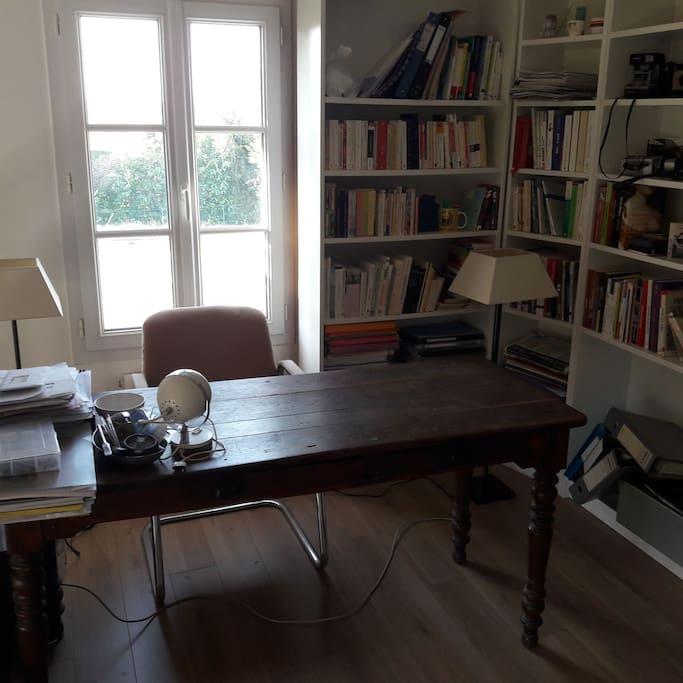 Espace bureau de travail possible.