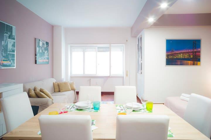 salone con divano letto e tavola da pranzo