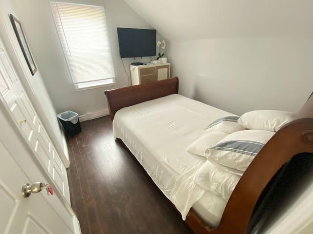 BEAUTIFUL NEW RENO HOME QUEEN BED SMART TV IN ROOM