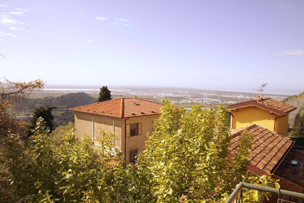 La vista dal balcone sul Lago di Massaciuccoli e sul mare di Viatreggio