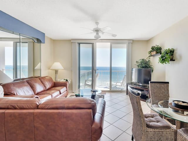 Open, airy condo, Great views, Close to dining