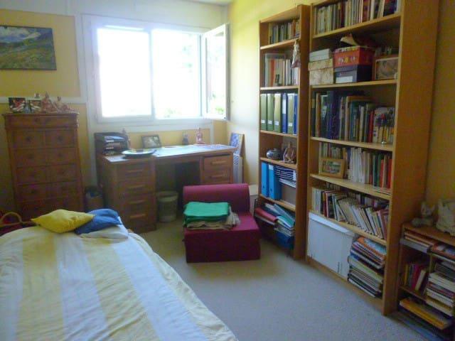 Chambre calme dans un cadre verdoyant - Saint-Cloud - Lägenhet