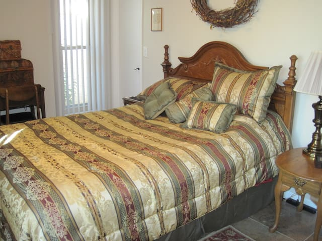 Queen sized bed, spacious room, walk-in closet