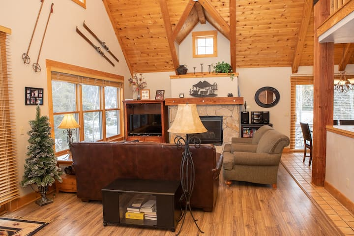 Cozy Log Cabin Feel, Walk or Quick Drive to the Lifts!