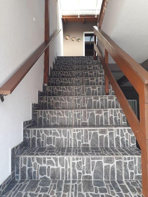 acesso a escada,pois a kit net fica na parte superior