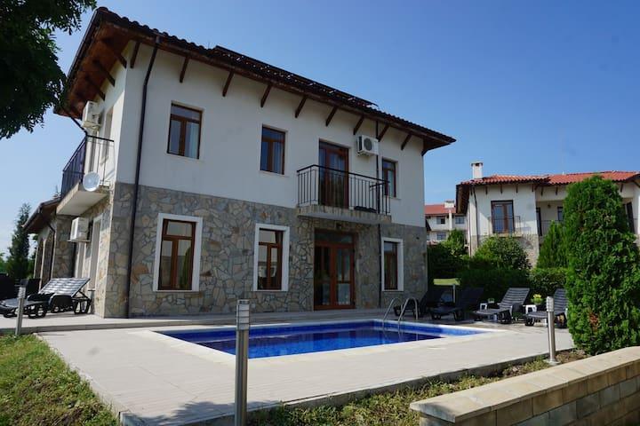 5 bedrooms Sleeps 10 - Villa Brussela, Kosharitsa