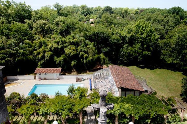 l'une des maisons du parc du Château Belle epoque