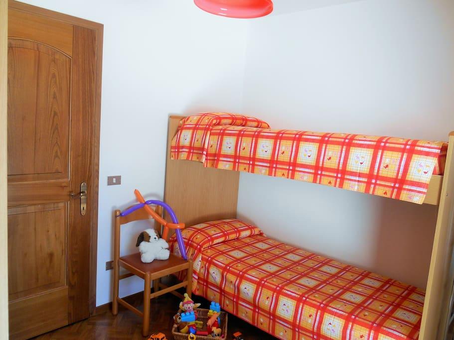 Stanza dei bambini con letto a castello