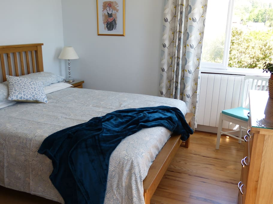 You are assured of a good night's sleep in the very comfortable king size bed in Cezanne