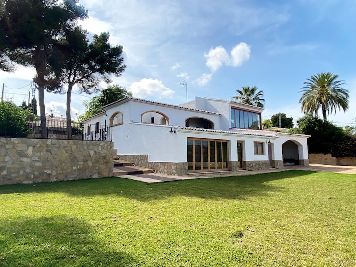 Beautiful, Calm Family Villa, 5min from beach/town