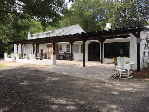Gorgeous 9 Acre Estate, perfect for large groups!
