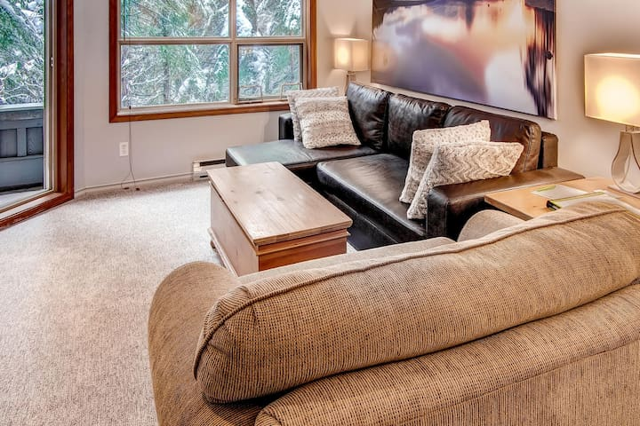 Prime Ski-in Ski-out Location! Pool, Hot tubs, BBQ, sleeps 4 (115)