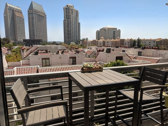 Downtown/Marina Pvt. Bed+Bath, Walk to Everything!